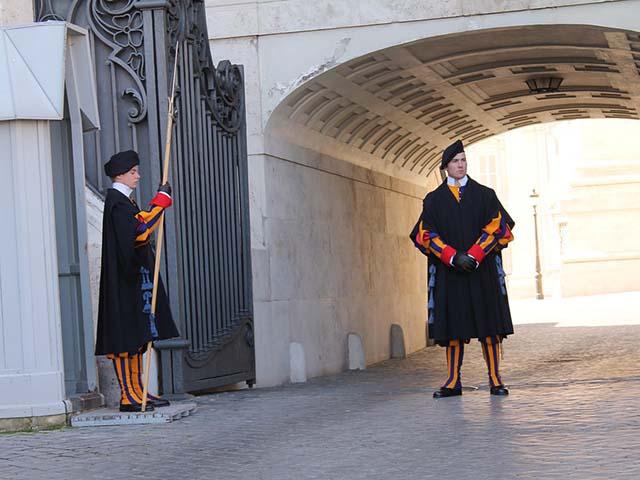 Da li znate ko je kreirao uniforme čuvarima Vatikana?